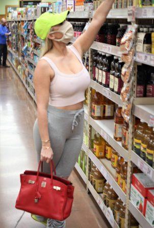 Claudia Fijal - Carries a Hermes Birkin handbag while shopping at Trader Joe's in Las Vegas