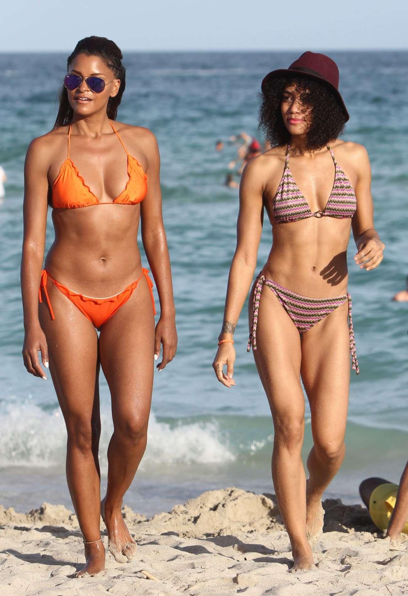 Girls in bikini paddle ass vid