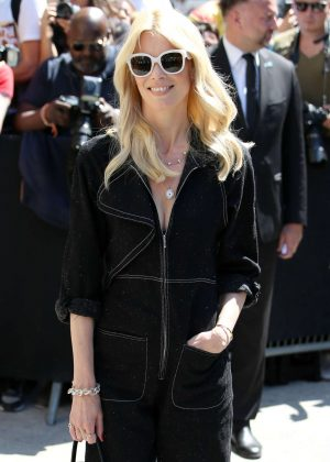Claudia Schiffer - Chanel Fashion Show FW 2017 in Paris