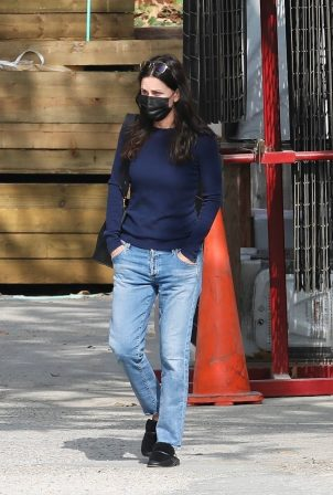 Courteney Cox - Shops for gardening supplies in Malibu