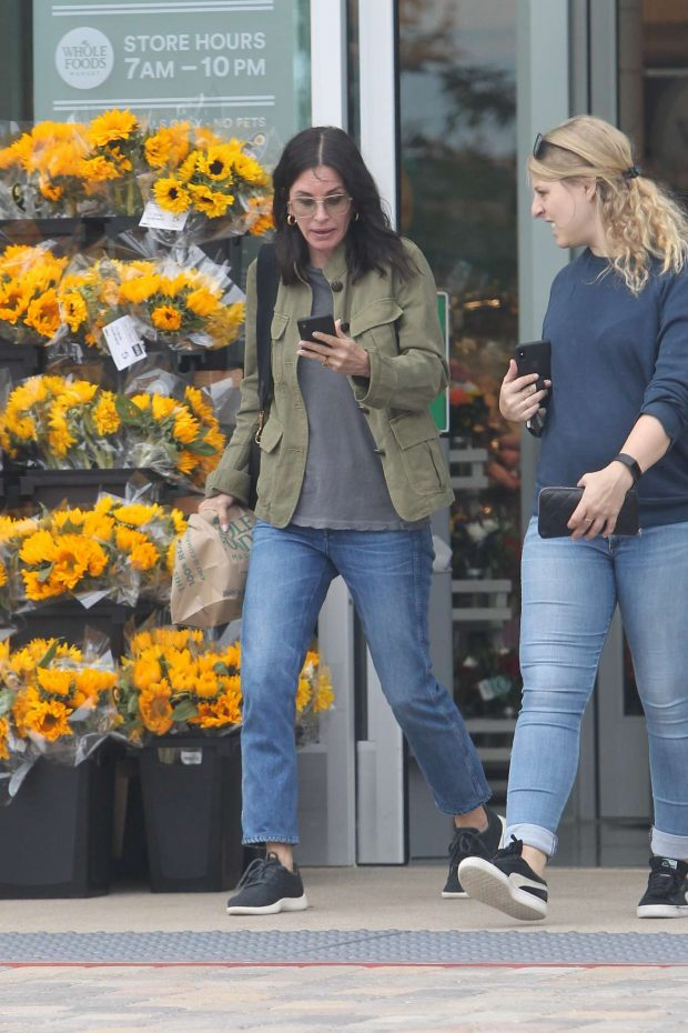 Courtney Cox: Shopping at Whole Foods-01