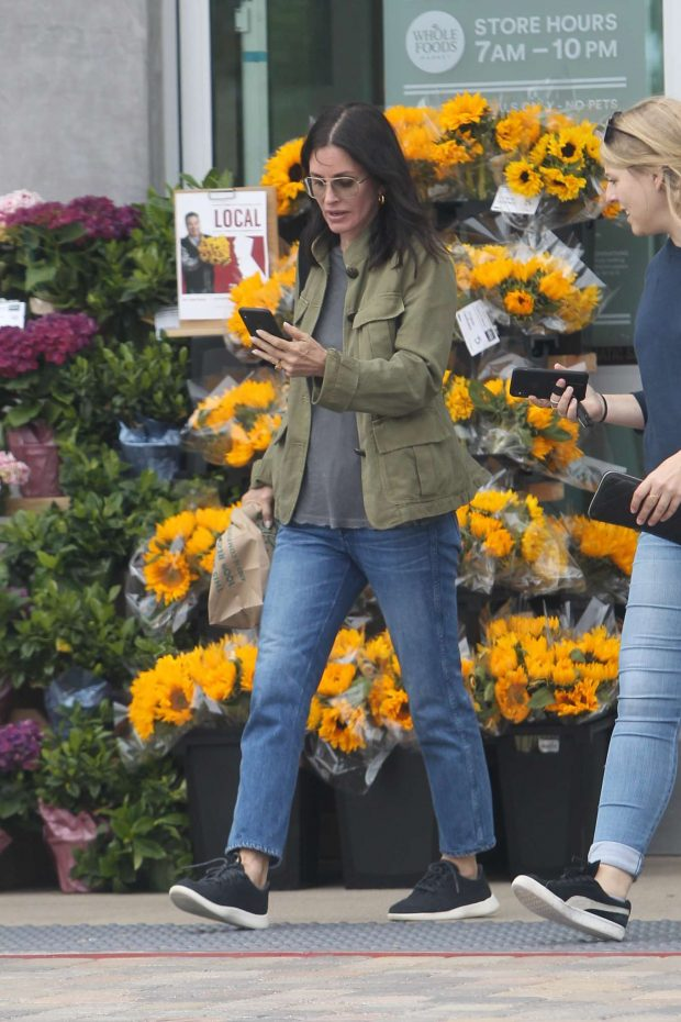 Courtney Cox: Shopping at Whole Foods-02