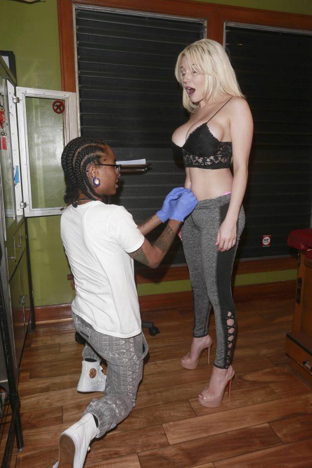 Courtney Stodden - Gets her belly button pierced in Los Angeles