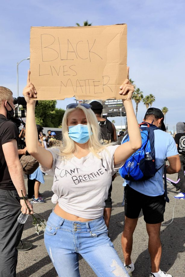 Courtney Stodden - Joins the protests against the killing of George Floyd in Los Angeles