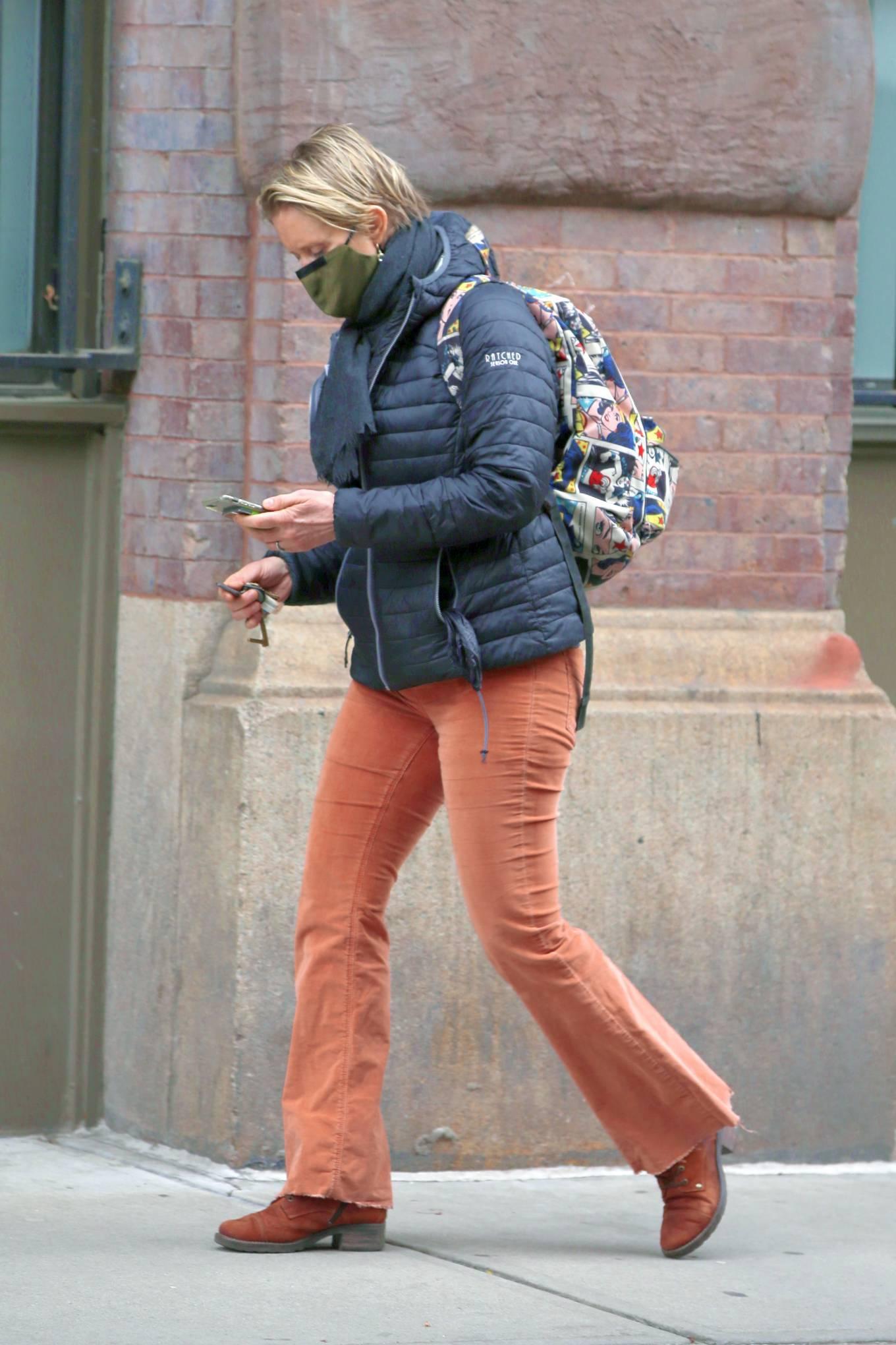 Cynthia Nixon - Walks home in New York