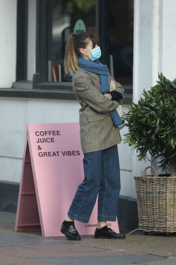 Daisy Edgar-Jones - Grabbing a drink from Joe and The Juice in London