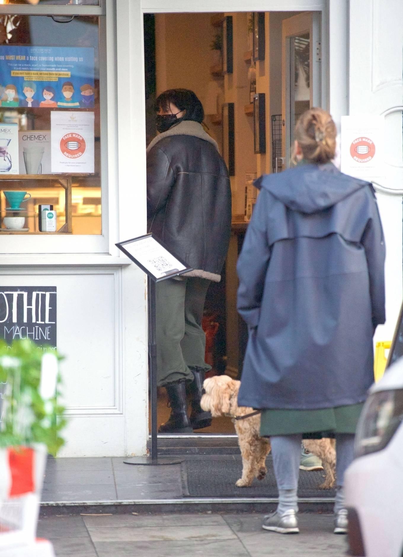 Daisy Lowe 2020 : Daisy Lowe – Seen at a coffee shop in London-01