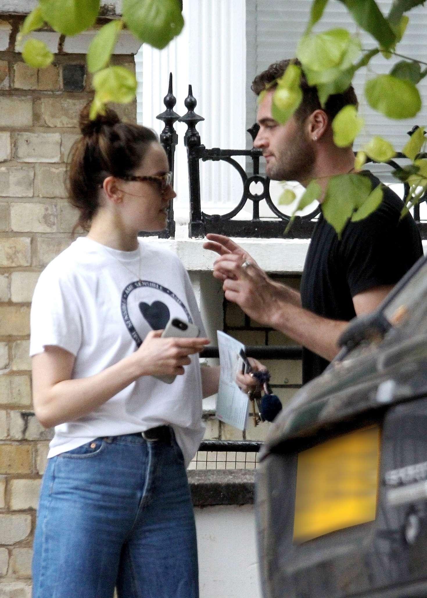 Daisy Ridley Kiss With Her Boyfriend Tom Bateman In London 01 Gotceleb