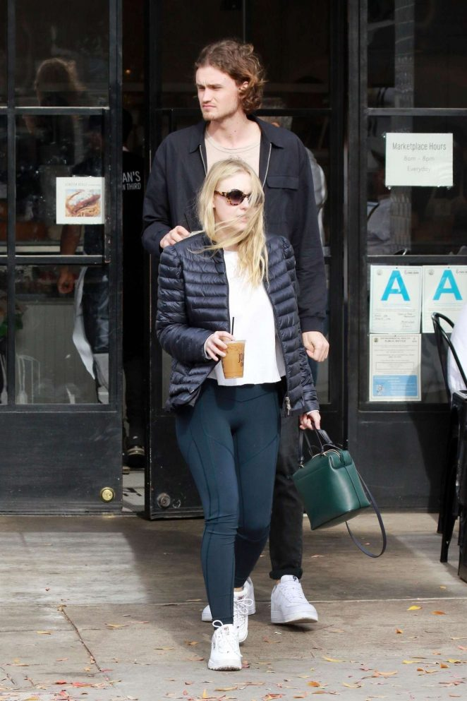 Dakota Fanning and Henry Frye out for lunch at Joans on Third -01