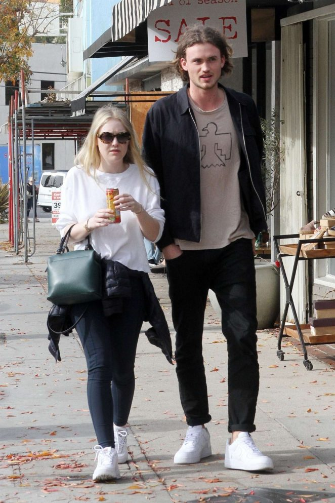 Dakota Fanning and Henry Frye out for lunch at Joans on Third -05