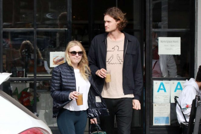 Dakota Fanning and Henry Frye out for lunch at Joans on Third -10