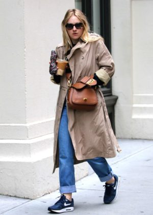 Dakota Fanning - Grabs an iced coffee out in NYC
