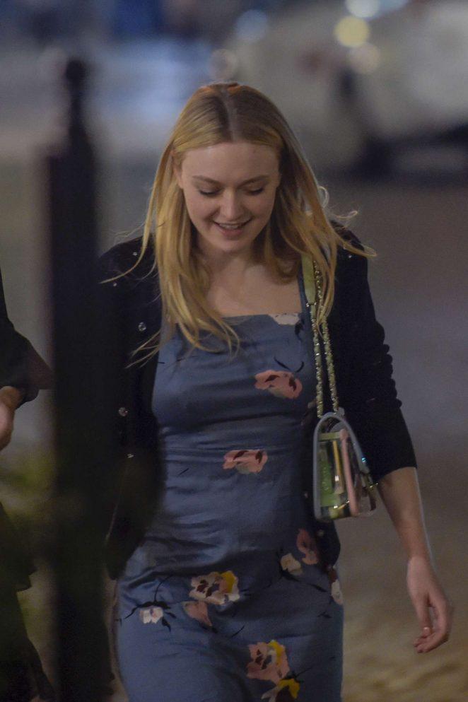 Dakota Fanning night walk in Rome