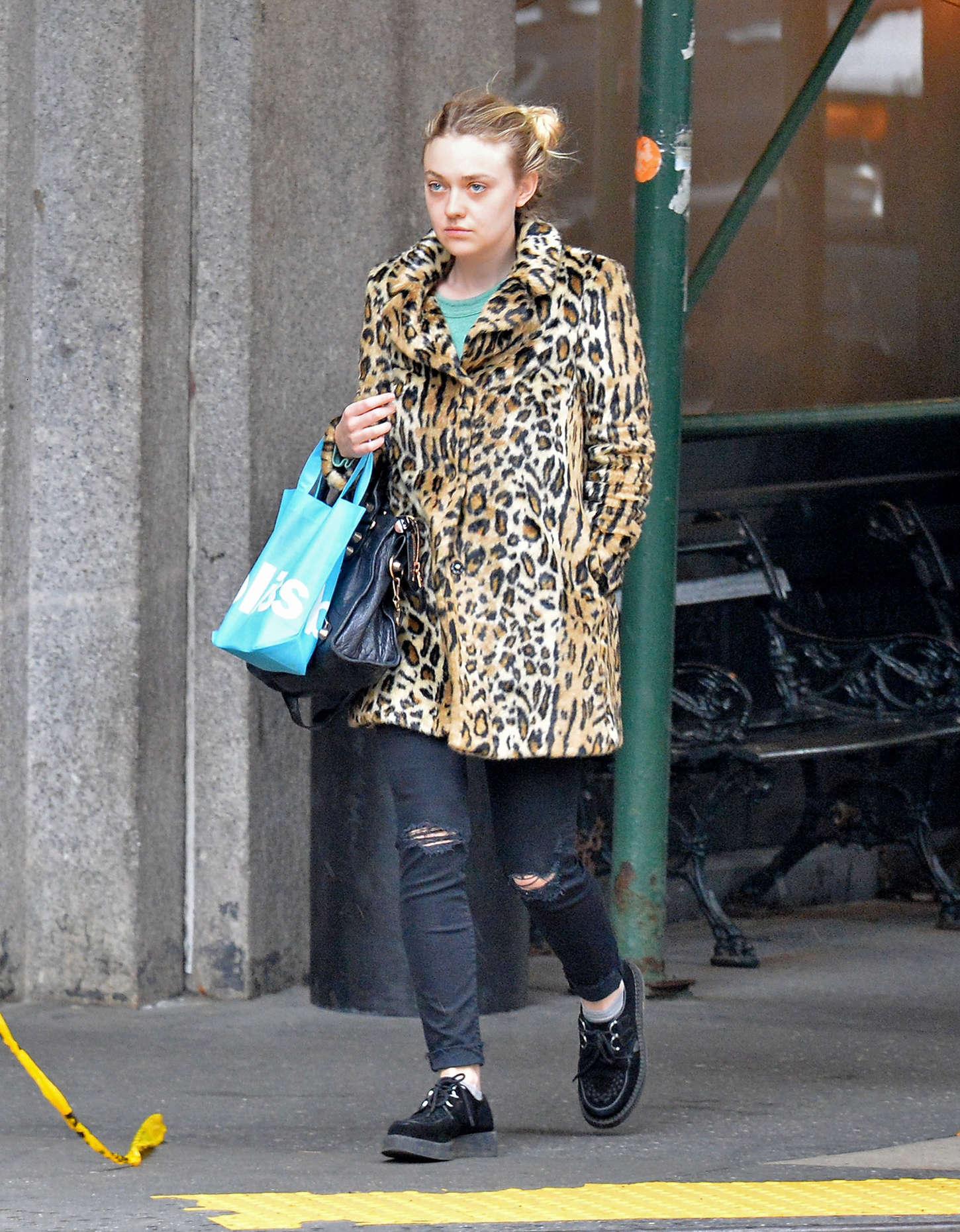 Dakota Fanning 2015 : Dakota Fanning in Leopard Print Coat -01