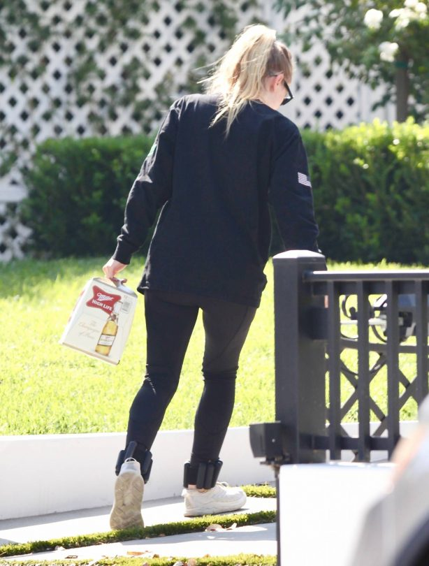 Dakota Fanning - Spotted while taking beer in Los Angeles