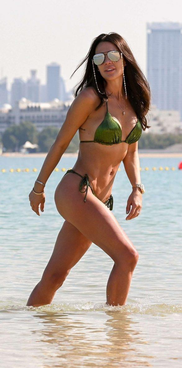 Danielle Lloyd i Green Bikini på stranden i Dubai
