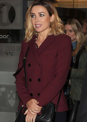 Dannii Minogue - Leaves her hotel in London