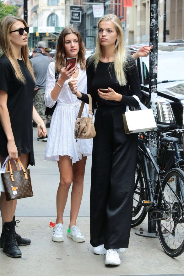 Daphne Groeneveld with a friends out in New York