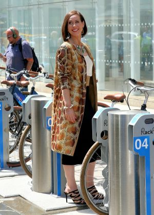 Debi Mazar - Filming a scene for 'Younger' in New York