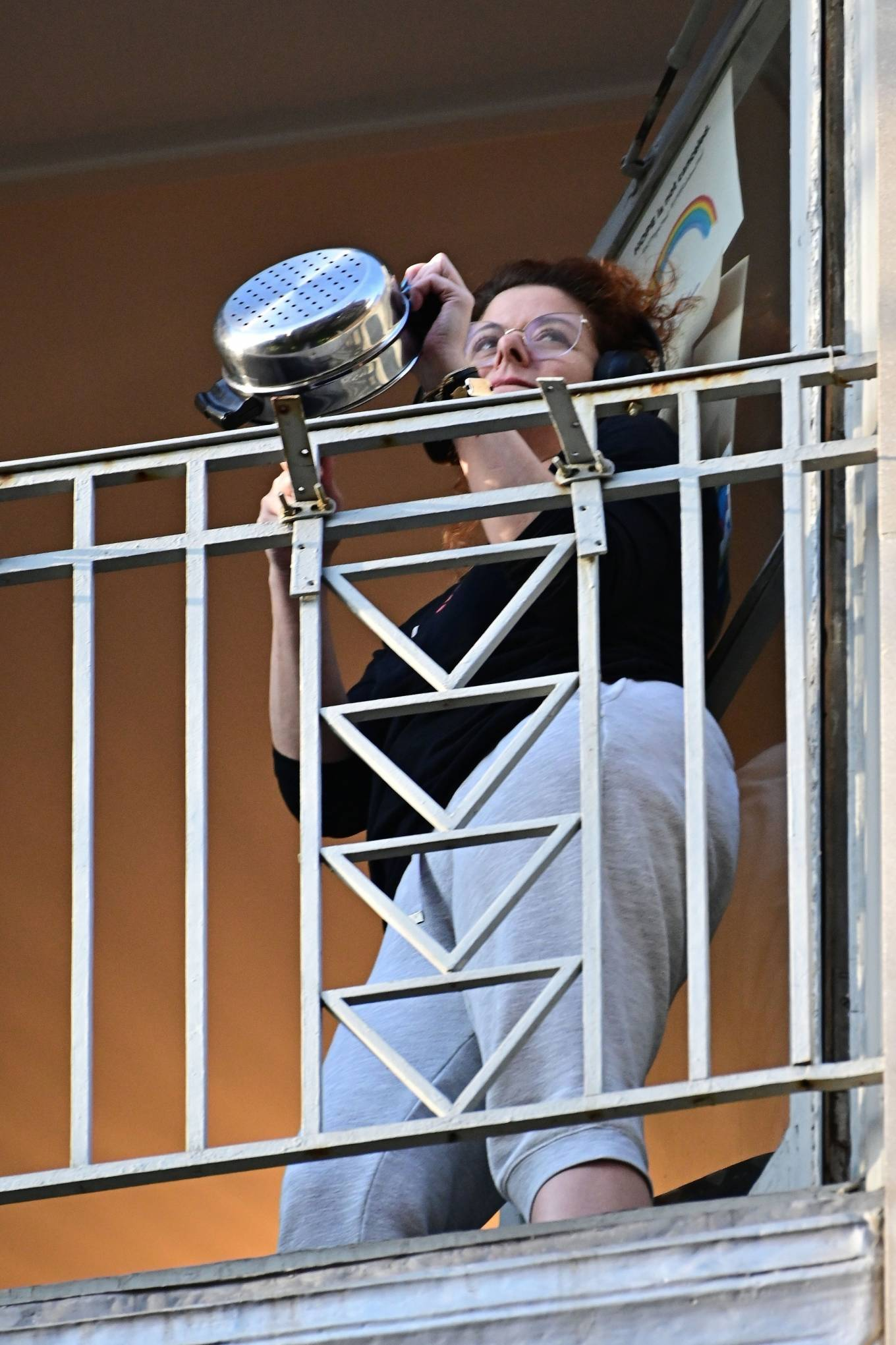 Debra Messing - Sports headphones while cheering for first responders on her NYC Balcony