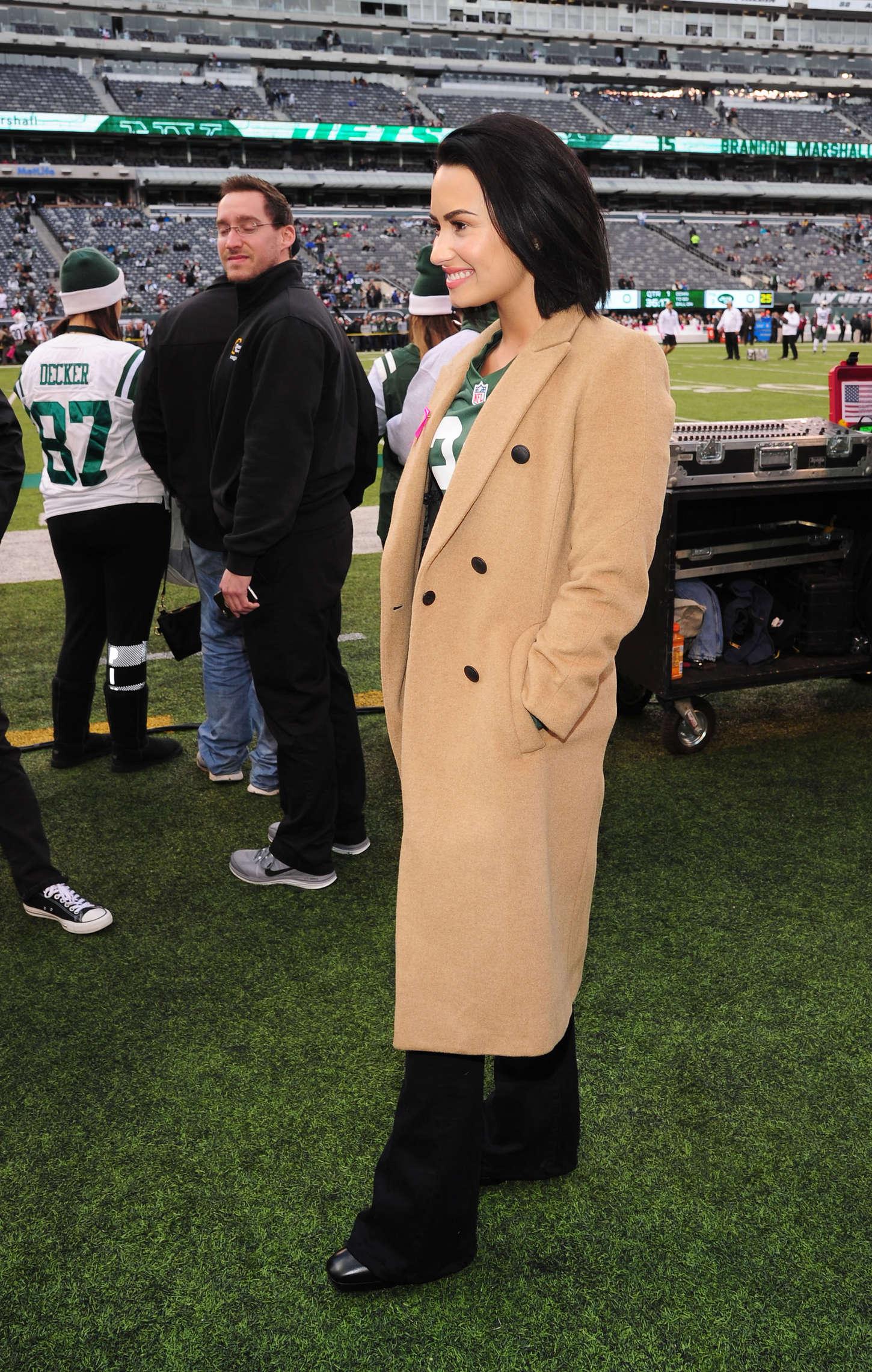 7ec71de3181 Demi Lovato: Jets vs Washington Redskins Game -05 – GotCeleb