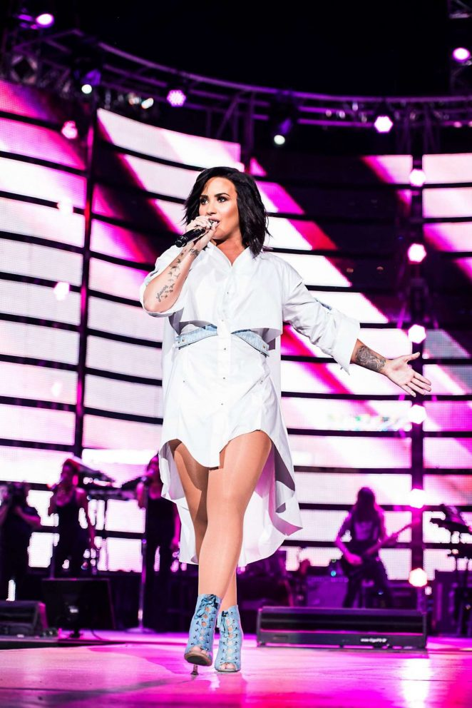 Demi Lovato – Performs at Houston Livestock Show and Rodeo in Texas