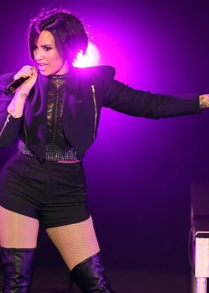 Who is demi lovato dating in Perth