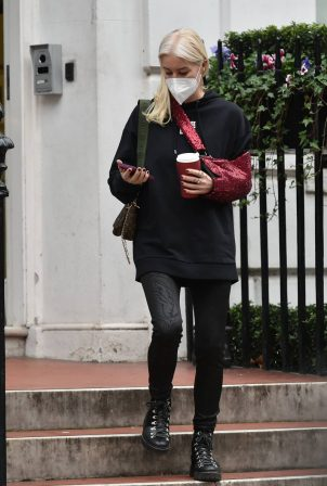 Denise Van Outen - Takes a phone call outside clinic in London