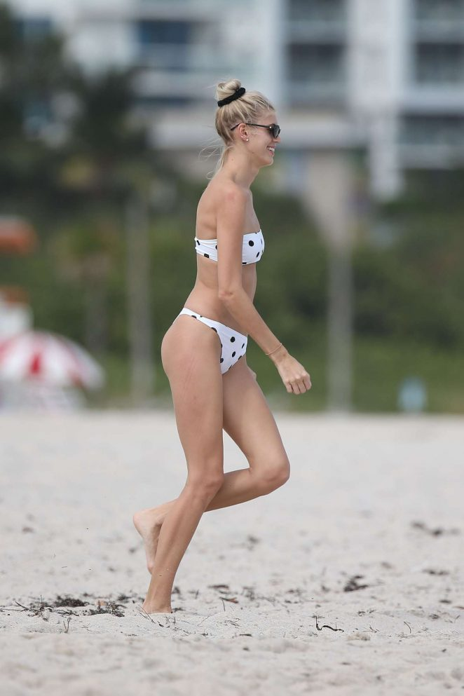 Devon Windsor in Bikini on the beach in Miami