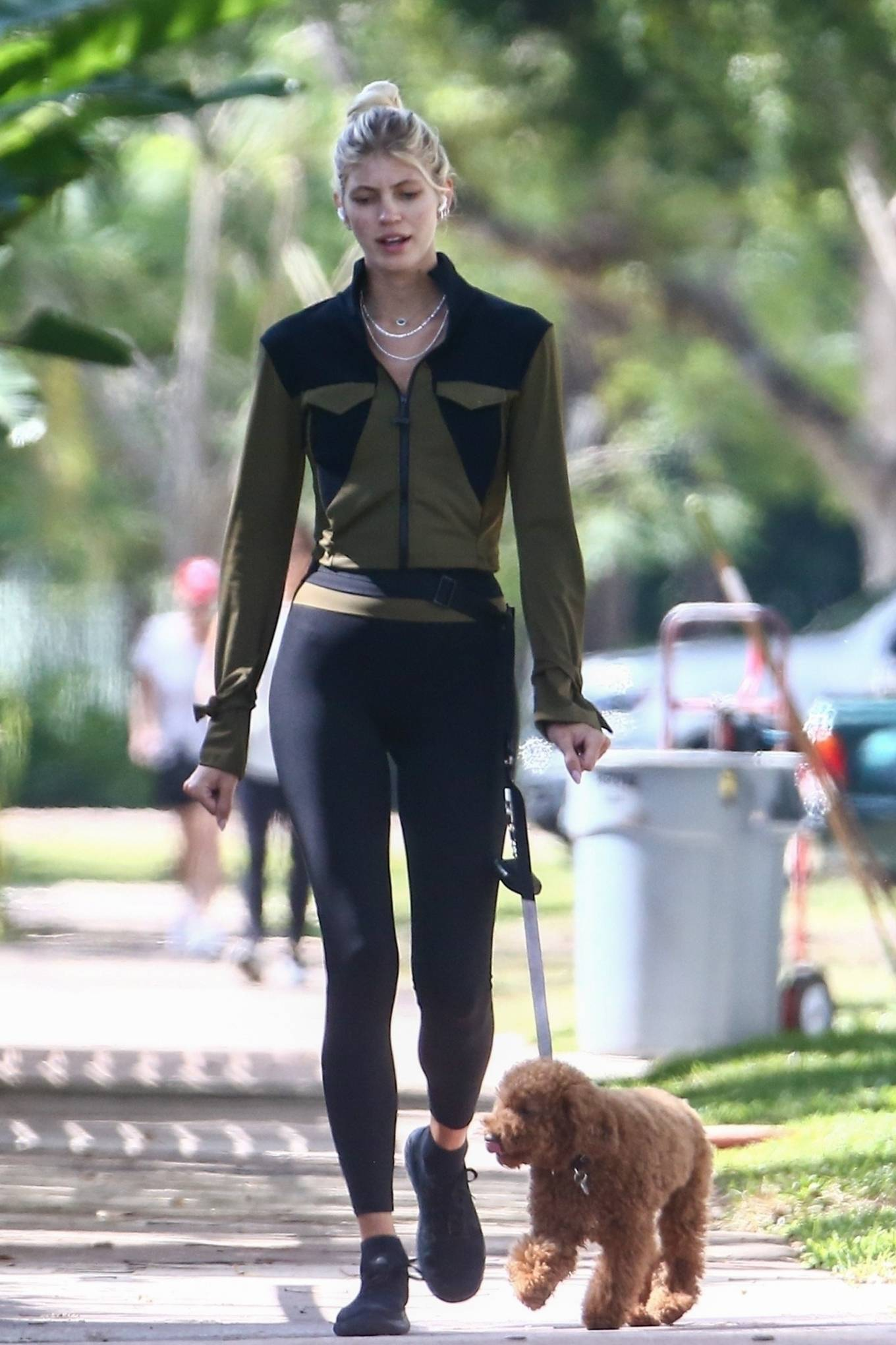 Devon Windsor 2021 : Devon Windsor – Out for a morning walk in South Florida-08