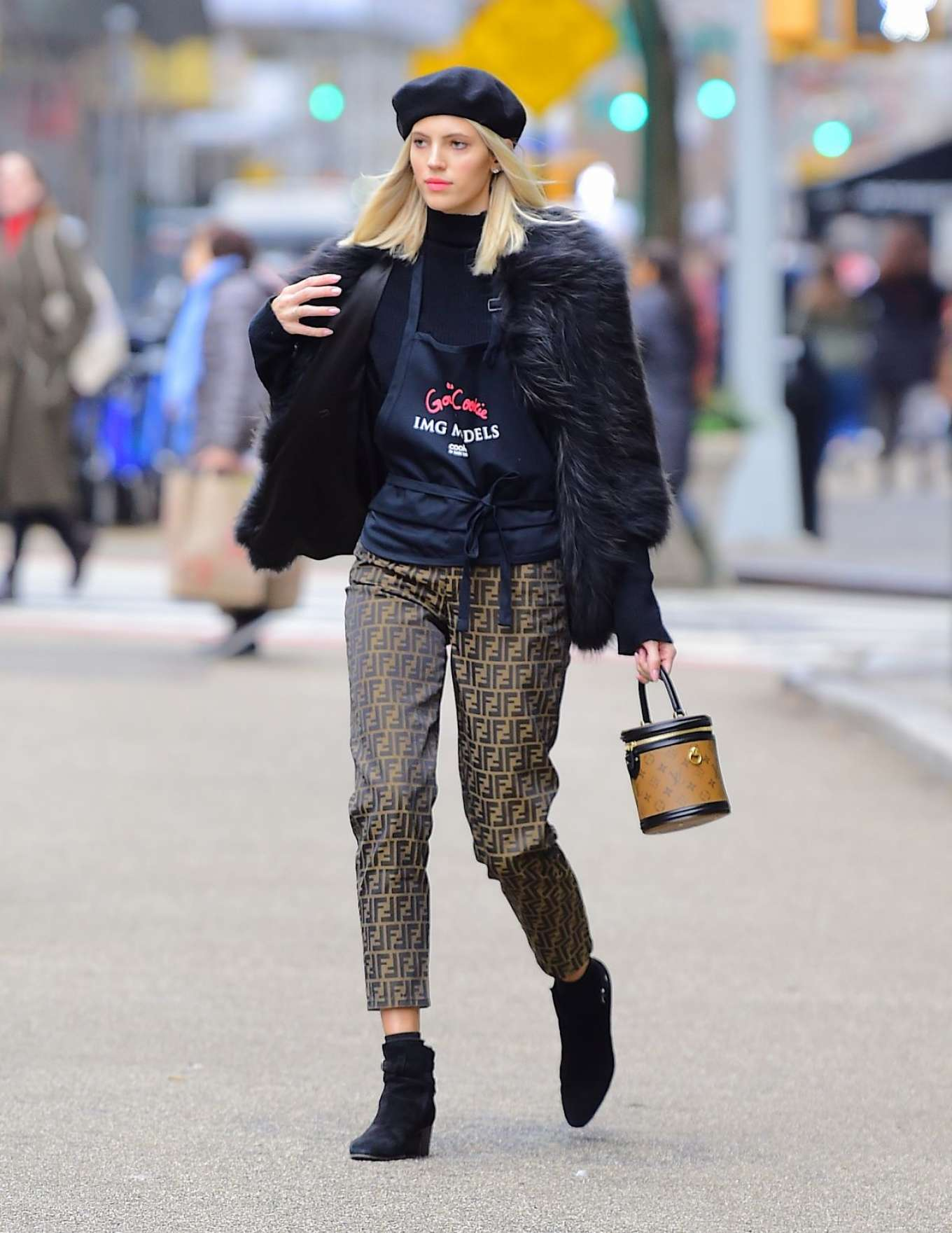 Devon Windsor - Sells Cookies for Kids with Cancer in New York