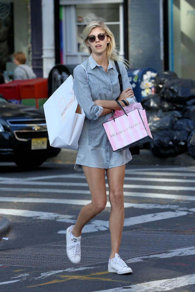Devon Windsor - Shopping out in New York