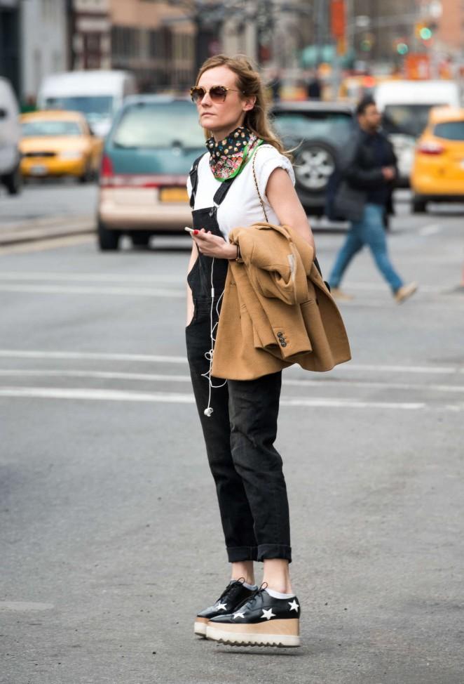 Diane Kruger hails a cab in New York -01