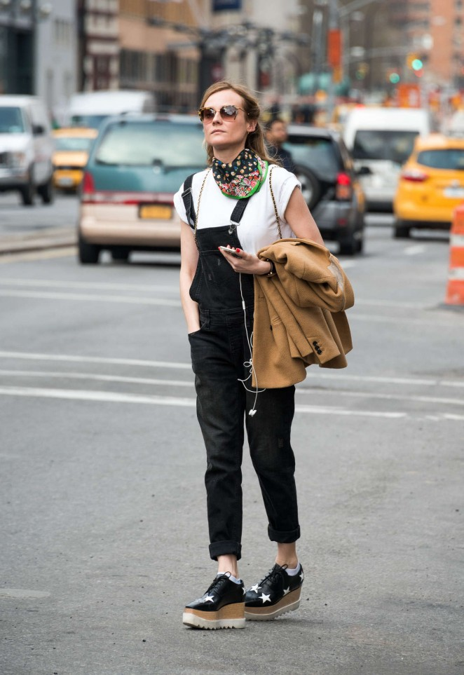 Diane Kruger hails a cab in New York -04
