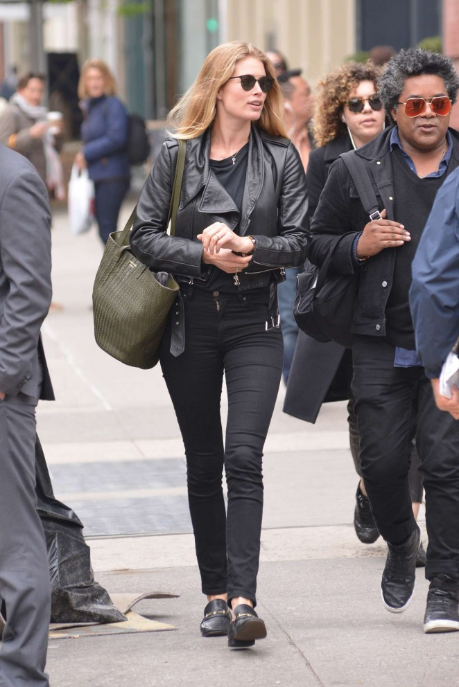Doutzen Kroes in Tight Jeans -13
