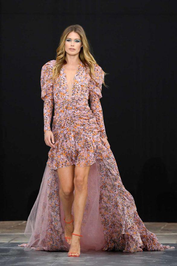 Doutzen Kroes - 'Le Defile L'Oreal Paris' Show at Paris Fashion Week
