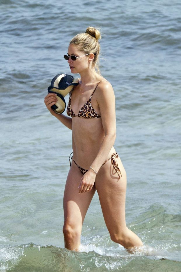Doutzen Kroes - Spotted On the beach in Ibiza