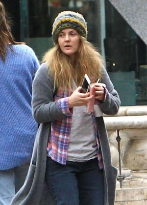 Drew Barrymore - Christmas shopping at the Grove in Los Angeles