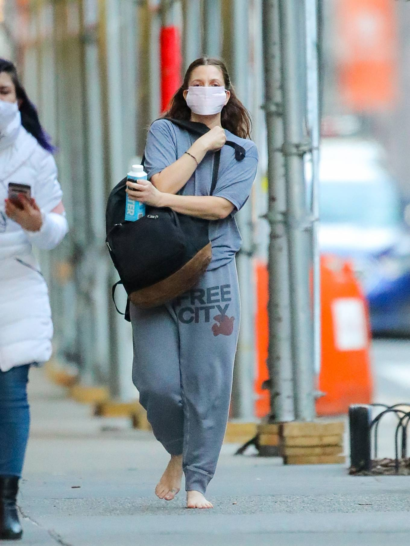 Drew Barrymore 2021 : Drew Barrymore – Goes barefoot while out and about in New York-02