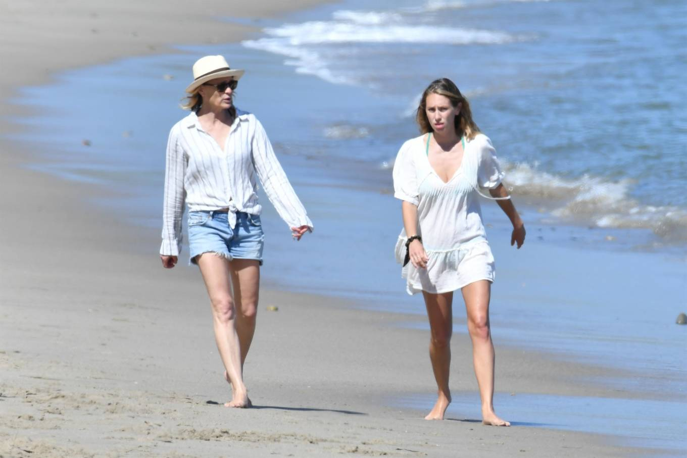 Young Beauty Dylan Penn Shows Her Bikini Body on Mothers
