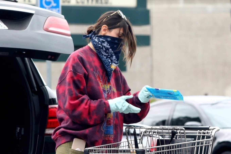 Eiza Gonzalez 2020 : Eiza González wears a Mask for the Grocery Store-22