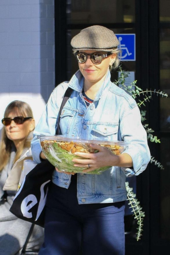 Elizabeth Banks - Buys a large salad to go at Joan's on Third in Studio City