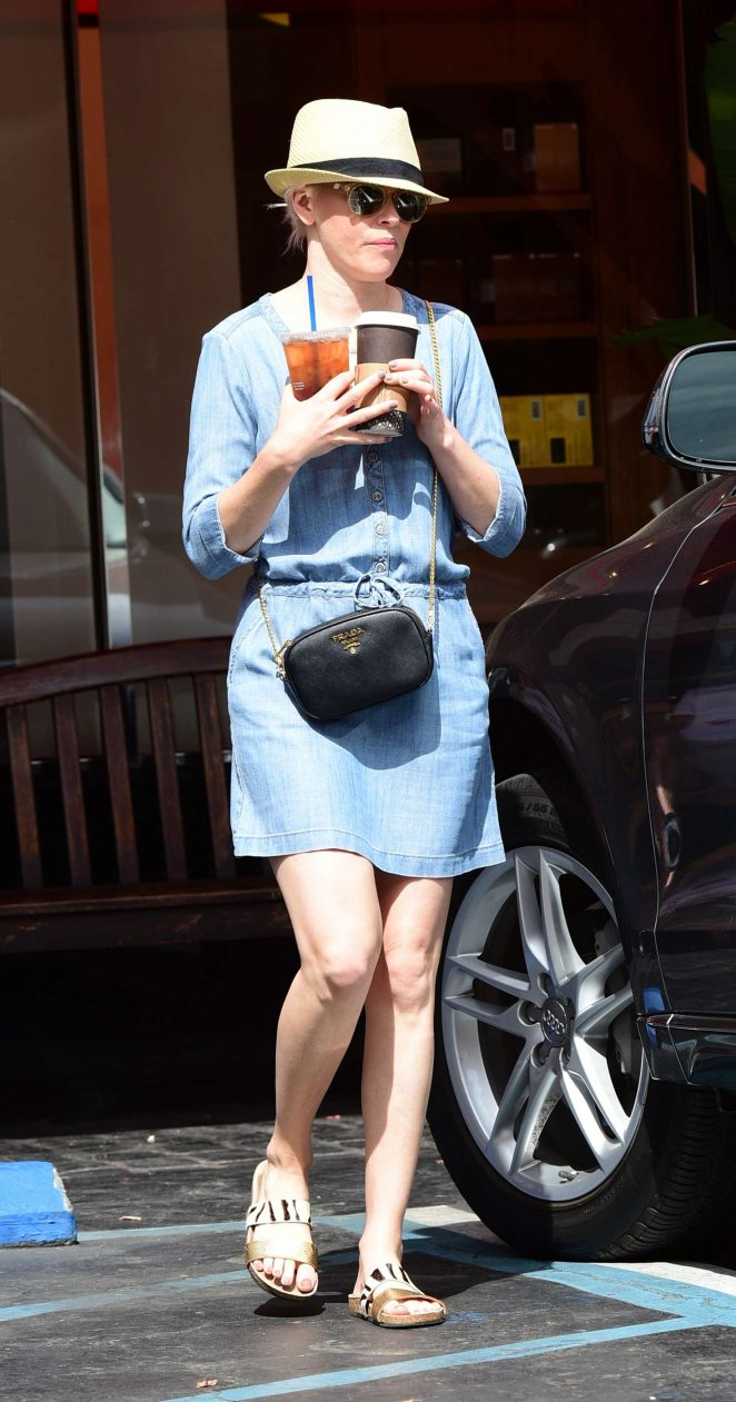 Elizabeth Banks grabs a coffee in Los Angeles