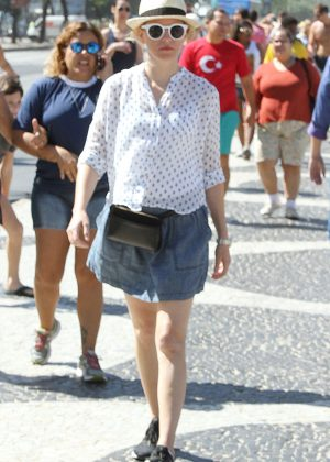 Elizabeth Banks in Mini Skirt on The Beach in Rio de Janeiro