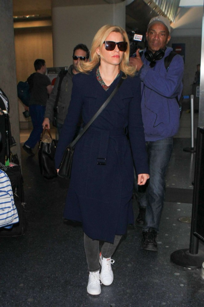 Elizabeth Banks  - LAX Airport in Los Angeles