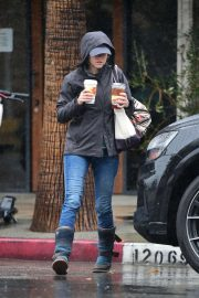 Elizabeth Banks - On a rainy day in Los Angeles