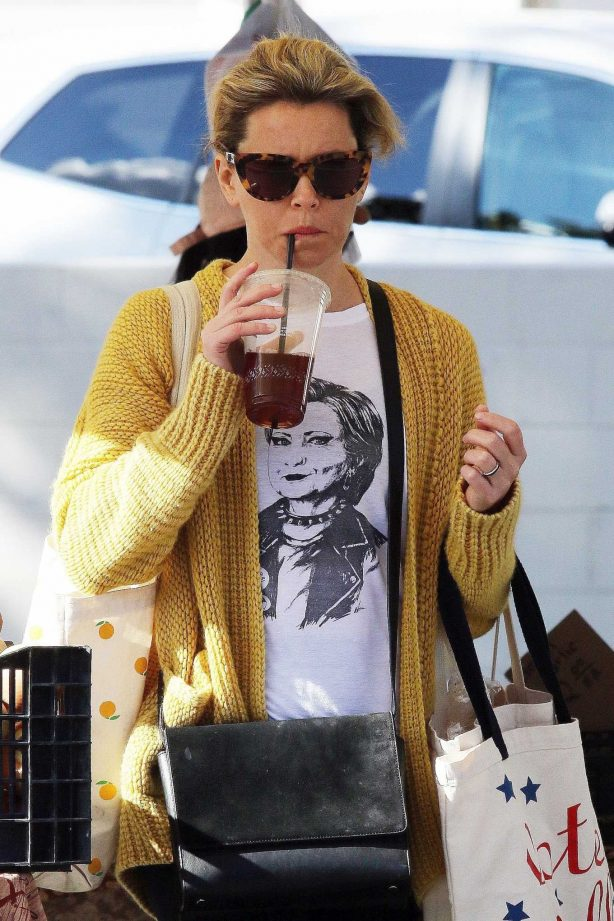 Elizabeth Banks - Shopping at the farmers market in Studio City