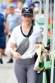 Elizabeth Banks - Shopping candids in Los Angeles