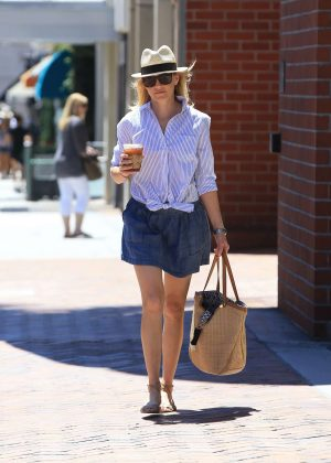 Elizabeth Banks Shopping in Beverly Hills
