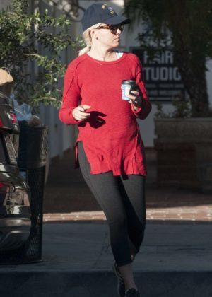 Elizabeth Banks wearing Baseball cap and glasses in Studio City